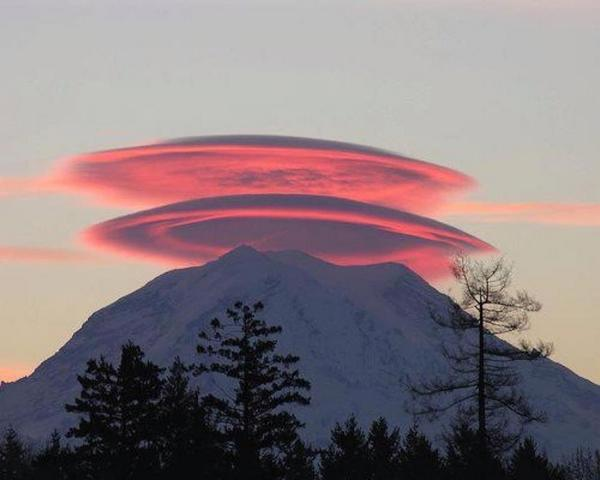Beautiful picture of Lenticular Clouds above Mt. Rainier. Low sun angle brings the beauty to another level http://t.co/GZuw4MMCVi