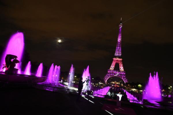 La Torre Eiffel se vistió de rosa, en campaña de prevención del cáncer de seno. http://t.co/dQOEll80r6  (Galería) http://t.co/3ijI4XO9Bn
