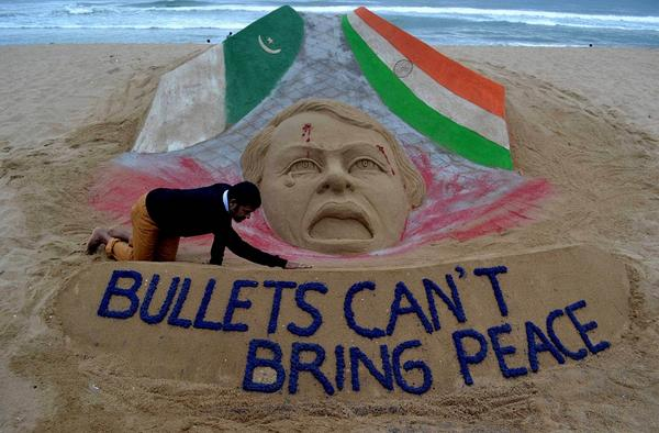 """Bullets can't bring peace"", Sand sculpture by Indian artist Sudarsan Pattnaik, a message for everyone to understand. http://t.co/Y5XeUvu8l1"