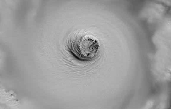 L'ull del tifó Vongfong feia aquest matí uns 80 km de diàmetre, la distància entre Bcn i Tgn http://t.co/Bh1yLQqcHu http://t.co/rIHbMXMRaV