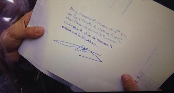 """フランスの高校生が授業をサボって、町に来訪したオランド大統領を見に行った。普通は親が書く欠席証明をどさくさに紛れて大統領に見せたら、「社会見学だね」と快くサインしてもらった。ー> bit.ly/1oUIirO pic.twitter.com/fbpcS1NhQa"""""""
