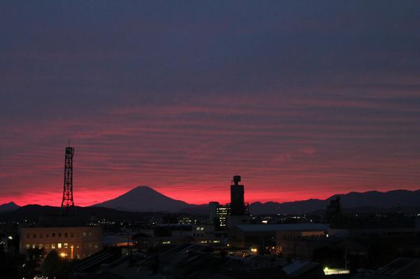 さすが台風の接近前。夕焼けが異常に赤いです。波状雲も見えていました。 http://t.co/PmiyAVkgxA