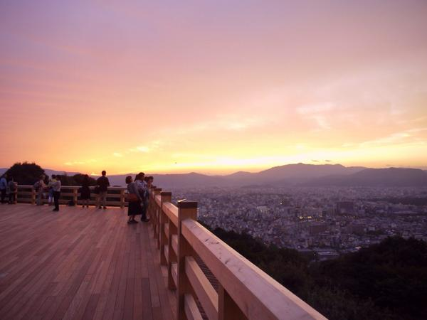 "HappyTravellingKyoto على تويتر: ""Seiryuden RT""@okeihan_net: 今月8日から一般公開がはじまった 青蓮院の飛地境内•将軍塚 青龍殿からの景色。清水の舞台の約5倍もの広さを誇る舞台から、京都市内が一望できます。 #京都  http://t.co/VipkbFroOz"""""