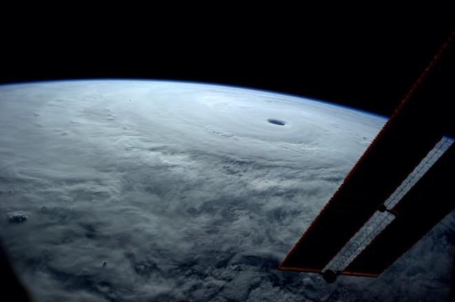 「今年最強」とされる台風「ヴォンフォン」(台風19号)を、国際宇宙ステーションに滞在中の宇宙飛行士が撮影し、Twitterに投稿した。 http://t.co/T2bTIluIZv http://t.co/glujobQ4ni