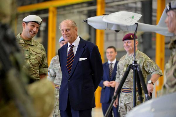British Army On Twitter Prince Philip Gets Behind The Controls Of An Apache Helicopter With 7 Air Assault Battalion REME Tco 6EKMpb1RIm