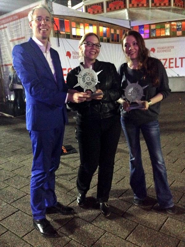 Und jetzt noch mal 2 der 3 #vsp14-Gewinner: der #myrembrandt-Kurator, @the_real_antje und @beck_zoe. #fbm14 http://t.co/Uw4ESsXNNA
