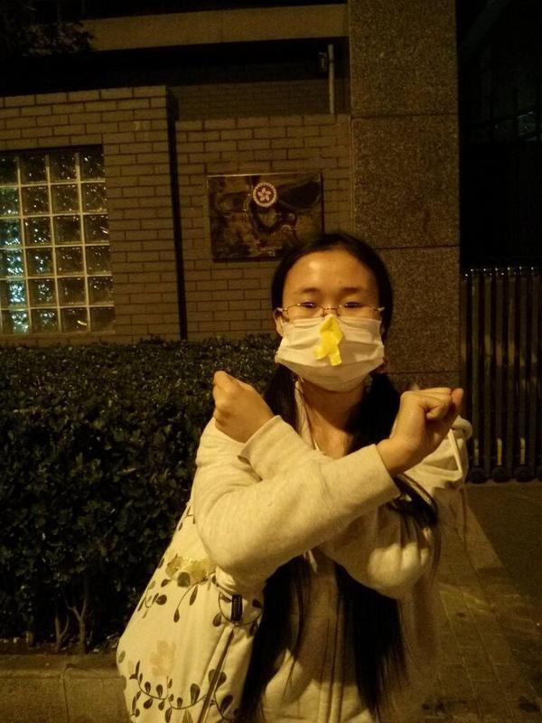 美术编辑诗霖因在北大校园张贴,声援香港而被捕。 Art editor @shilin0127 arrested for posting about #UmbrellaRevolution in Peking University. http://t.co/Cje8of4YDP