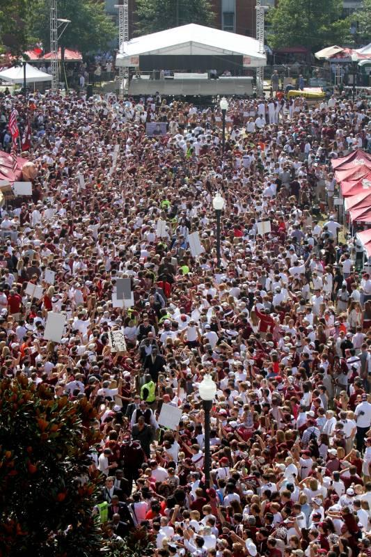 Incredible photo. The scene from #DawgWalk with @CollegeGameDay set in the background. A sea of @HailStateFB fans http://t.co/Uwgoet0Er1