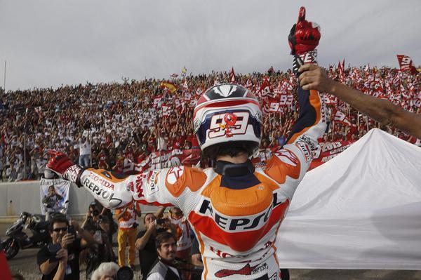 ¡Se acabó! ¡Marc Márquez nuevo campeón del mundo de #MotoGP! FELICIDADES @MarcMarquez93 http://t.co/C8RNocqB4y http://t.co/BiJkYnGE0X