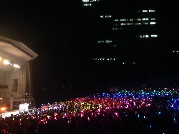 風男塾の野音、サイリウムで虹を‼︎ ファンのみんなからのプレゼント。 おまえらさいこーだ∧( 'Θ' )∧  てへぺろ(=゚ω゚)ノ  #fudanjukuyaon http://t.co/54vow7NUga