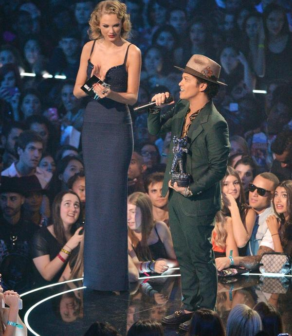 Lol RT @Pandamoanimum: As Taylor Swift is on #xfactor, here's my favourite photo of her with Bruno Mars again. http://t.co/tTJsQ5N7g2