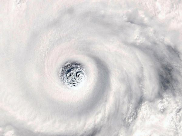 """Here comes Typhoon #Vongfong, meaning """"the wasp"""" in Cantonese. #台風19号 の素顔。 http://t.co/qb8R4OYc83"""