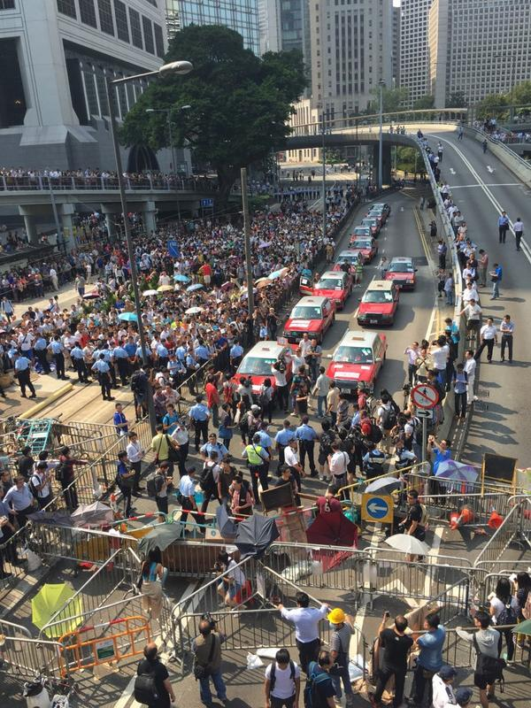 Scene at Queensway as anti-occupy forces attempt to clear #OccupyCentral barricades. http://t.co/WKlc213jbi