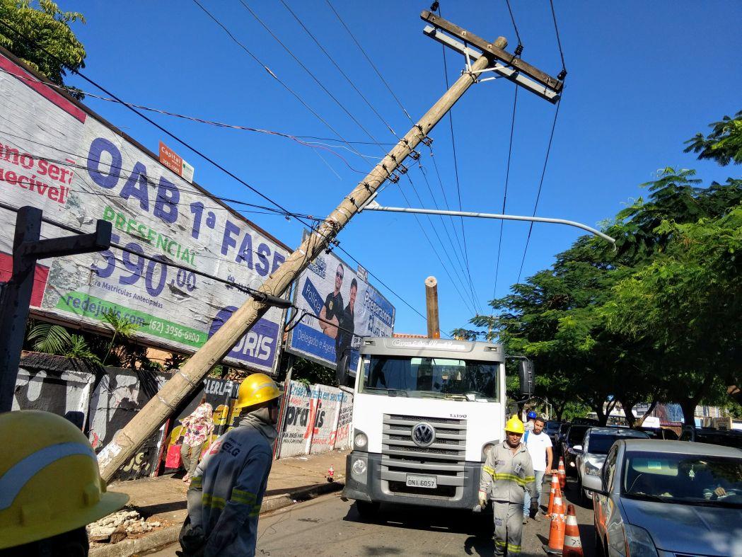 Poste ameaça cair na Avenida Leopoldo de Bulhões no Setor Pedro Ludovico https://goo.gl/K8VkVN #Poste #SetorPedroLudovico #Trânsitopic.twitter.com/uJusOXKKdP