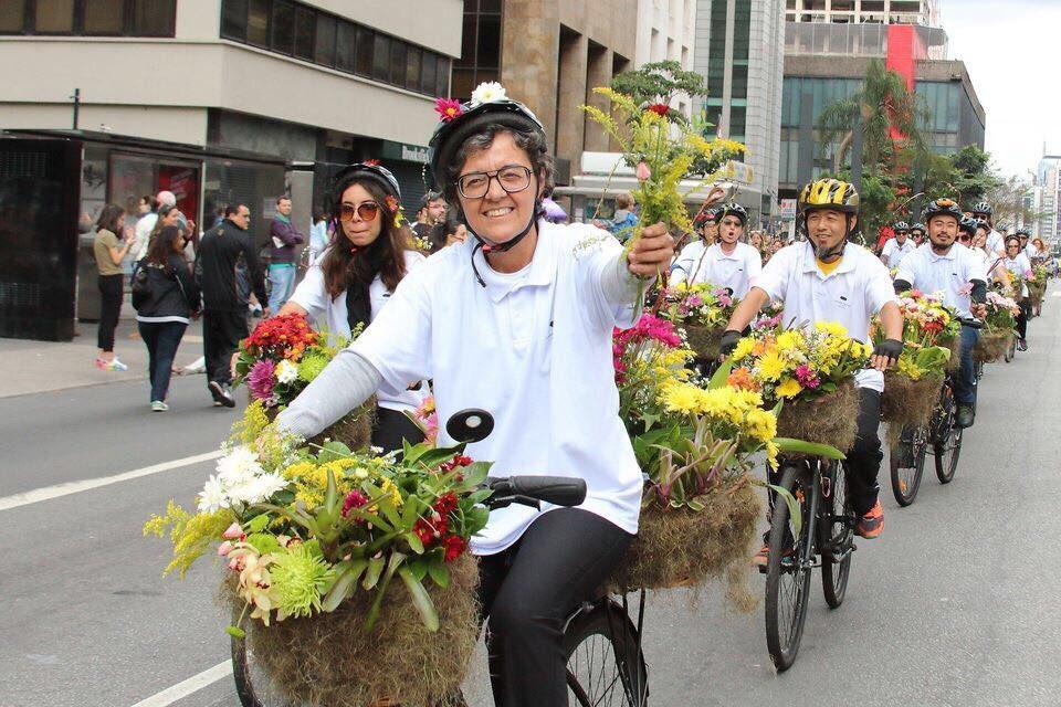 Dória, flores ñ se jogam no chão! Ciclistas repetem o gesto contra o aumento de vítimas de acidentes no trânsito SP! Flores são vida!