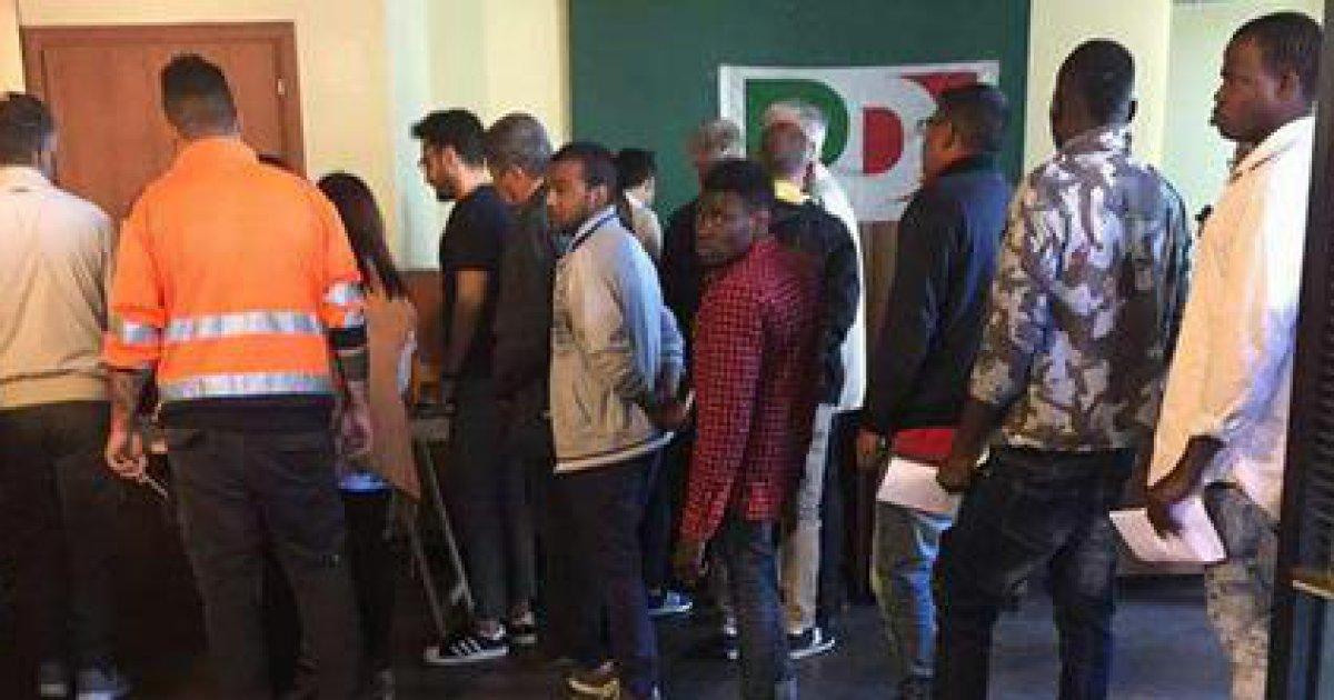 Migranti prelevati da centro accoglienza Ercolano e condotti ai seggi primarie: 'Ci hanno detto di votare per Renzi' https://t.co/gFsQCuyDEs