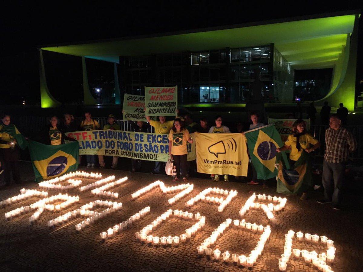 Com faixas do VemPraRua e contra comunismo, manifestantes protestam contra Gilmar e STF, após HC de Dirceu. Grupo tinha 50 pessoas. Agora,20
