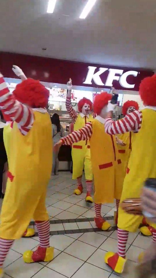 【ジャンクフード戦争】 ケンタッキーの店内でドナルドがバカ騒ぎして営業妨害 @イギリス