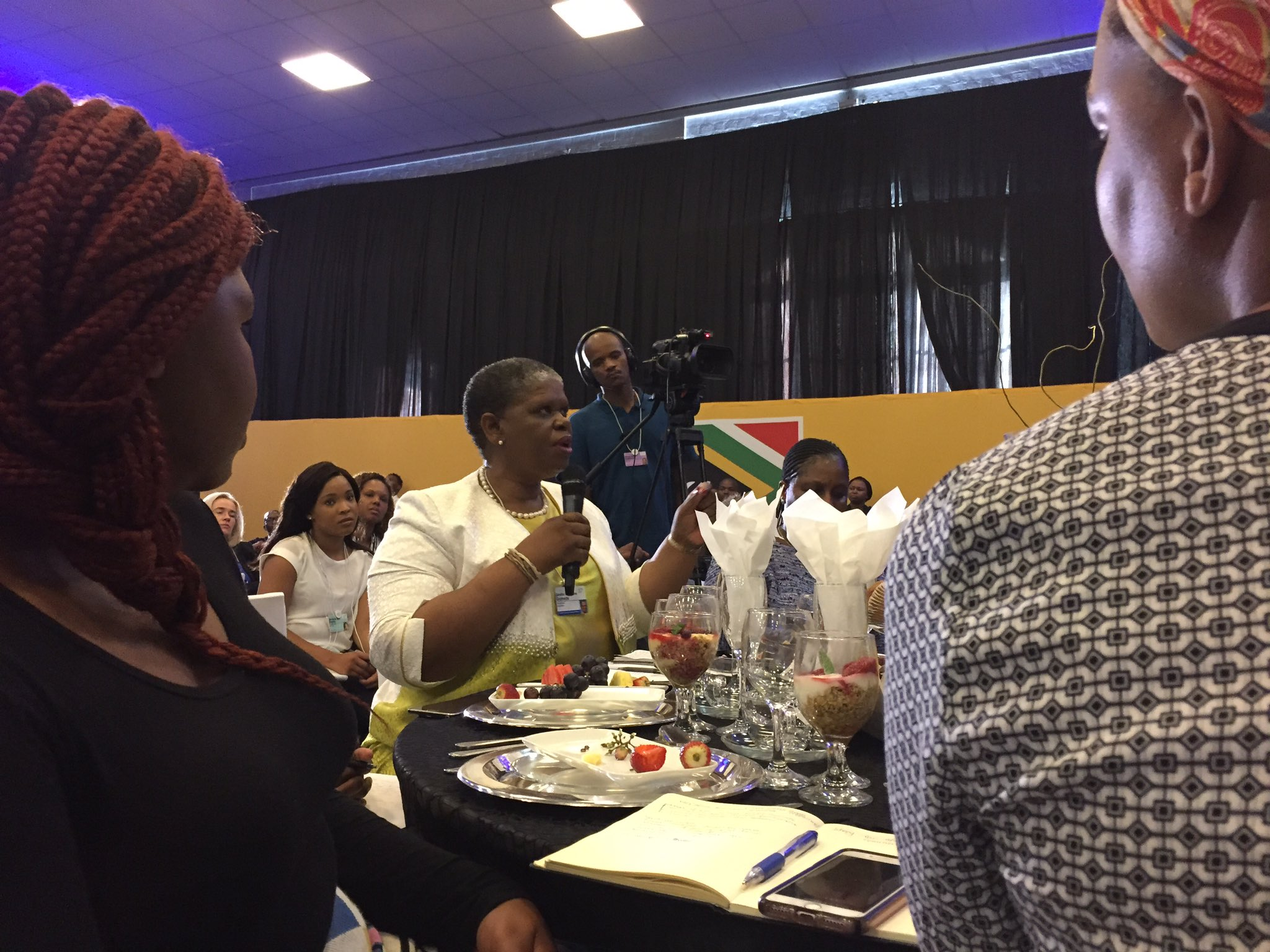 How are youth who have had opportunity assisting those who have not seen the light yet? #BrandSAYouthBreakfast #WEFAfrica2017 cc @Brand_SA https://t.co/09fX0gtFuL