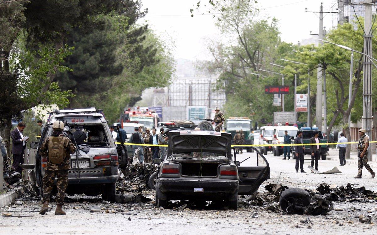 مقتل 8 جنود أمريكيين بعملية استشهادية قرب السفارة اﻷمري C-4j3BzWAAAcuOO