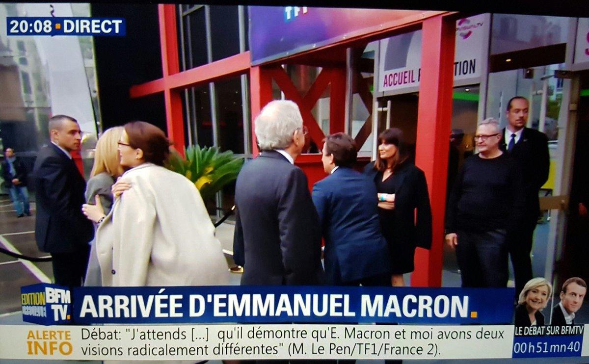 La PDG de France Télévisions Mme Ernotte embrasse chaleureusement Brigitte Macron à l'arrivée au débat...#Debat2017 #Ernottegate