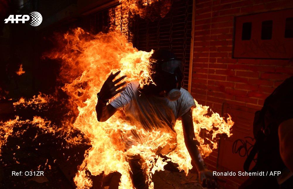 #Venezuela Un manifestante envuelto en llamas durante las protestas contra el gobierno de @NicolasMaduro #AFP @rschemidt