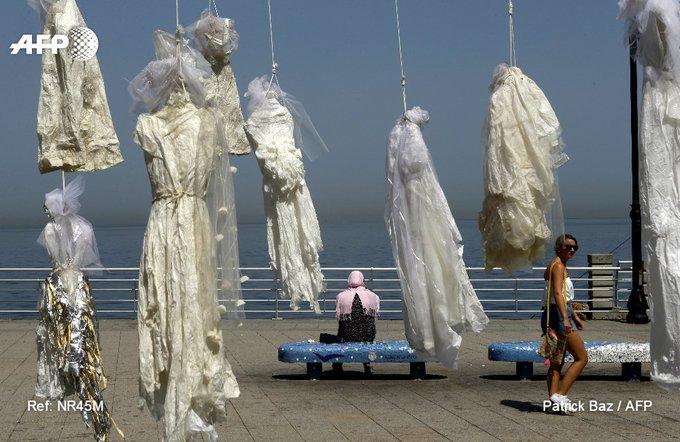 Beyrouth: une artiste pend des robes de mariée, dénonçant une loi qui permet à un violeur d'échapper à la prison s'il épouse sa victime #AFP