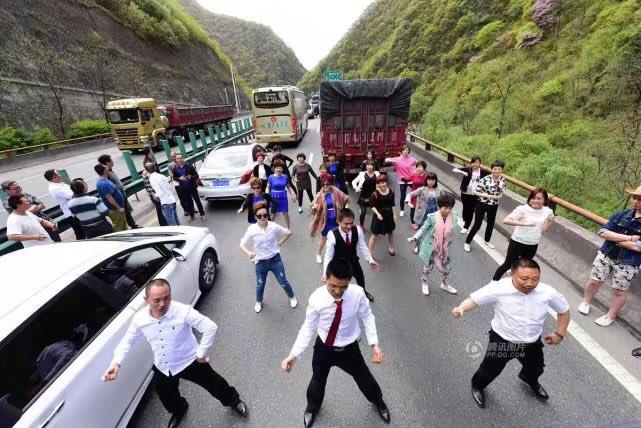 中国の西安の高速道路。ヒドい渋滞にしびれを切らし、いきなり集団で踊り出す中国人。LA LA LANDかよ。ごめん、全く理解不能なんすけど。。。 pic.twitter.com/AevGWpJrT4