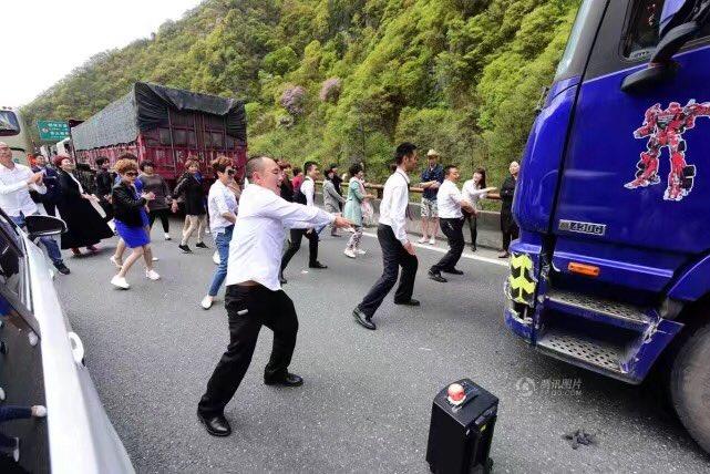 渋滞でしびれ切らしたwwいきなり集団で踊りだす中国人がやばいww