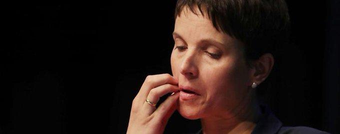Frauke Petry verlässt nach Niederlage zum 'Zukunftsantrag' den Parteitag. Newsblog #afdbpt17: https://t.co/5fdYQWOa2c