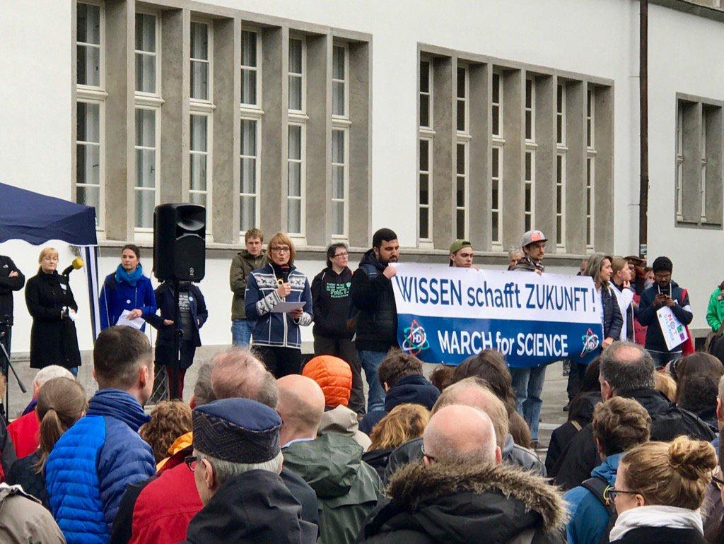 Viel Beifall für @BLugger vom @NaWik bei Rede auf dem #marchforscience #heidelberg https://t.co/RUmXMdK3NQ
