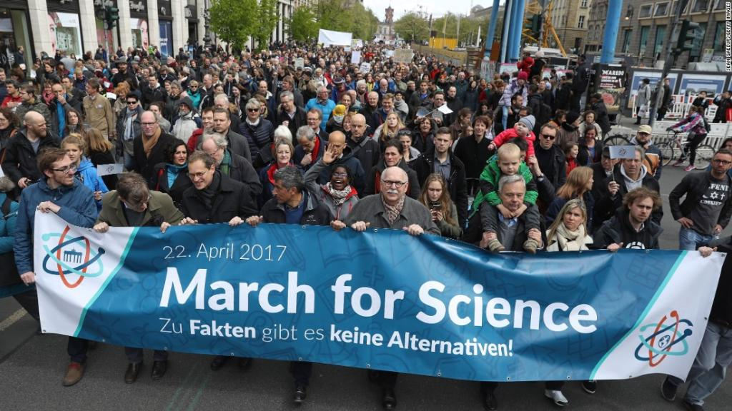 These are some of the images from #MarchforScience rallies around the world  http:// ln.is/Q25DB  &nbsp;   by #KTLA via @c0nvey<br>http://pic.twitter.com/pZ8KCiKAcw
