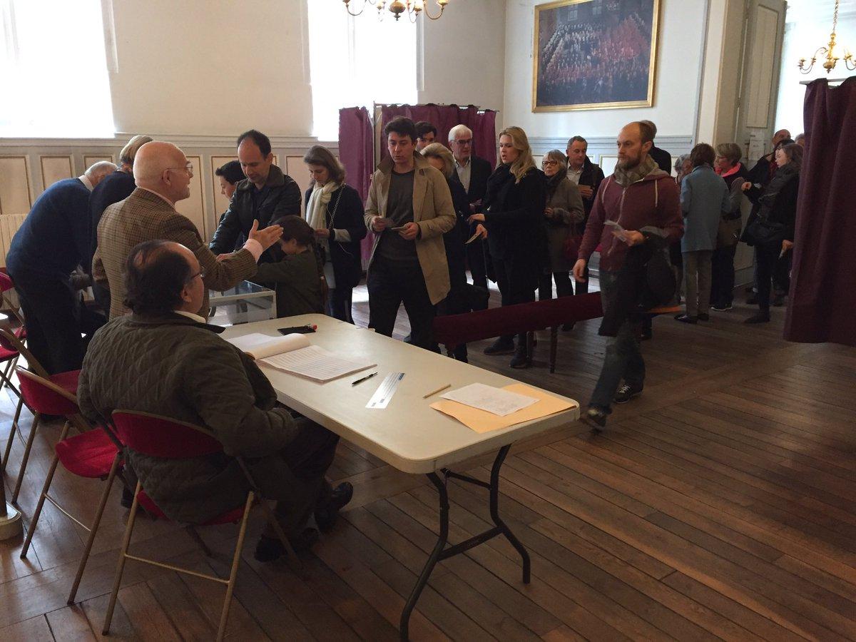Dans les mairies les églises ou les pubs les britanniques votent