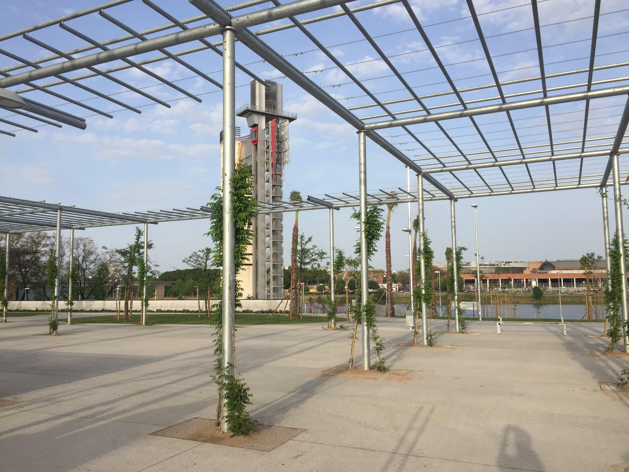 Muy buena pinta el nuevo parque de Magallanes a los pies de @SevillaTorre y junto al Guadalquivir #Sevillahoy https://t.co/CFjXPmkuVB