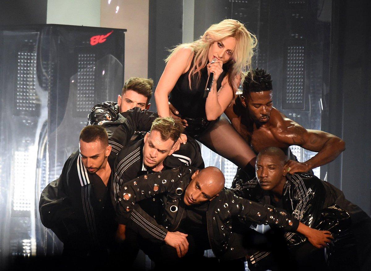 Le 2ème show de Lady Gaga à #Coachella, c'était hier ! L'audio du concert + les premières photos par ici →  http:// gagavision.net/2017/lady-gaga -au-festival-coachella-2/  … pic.twitter.com/EnQMcv5PCO