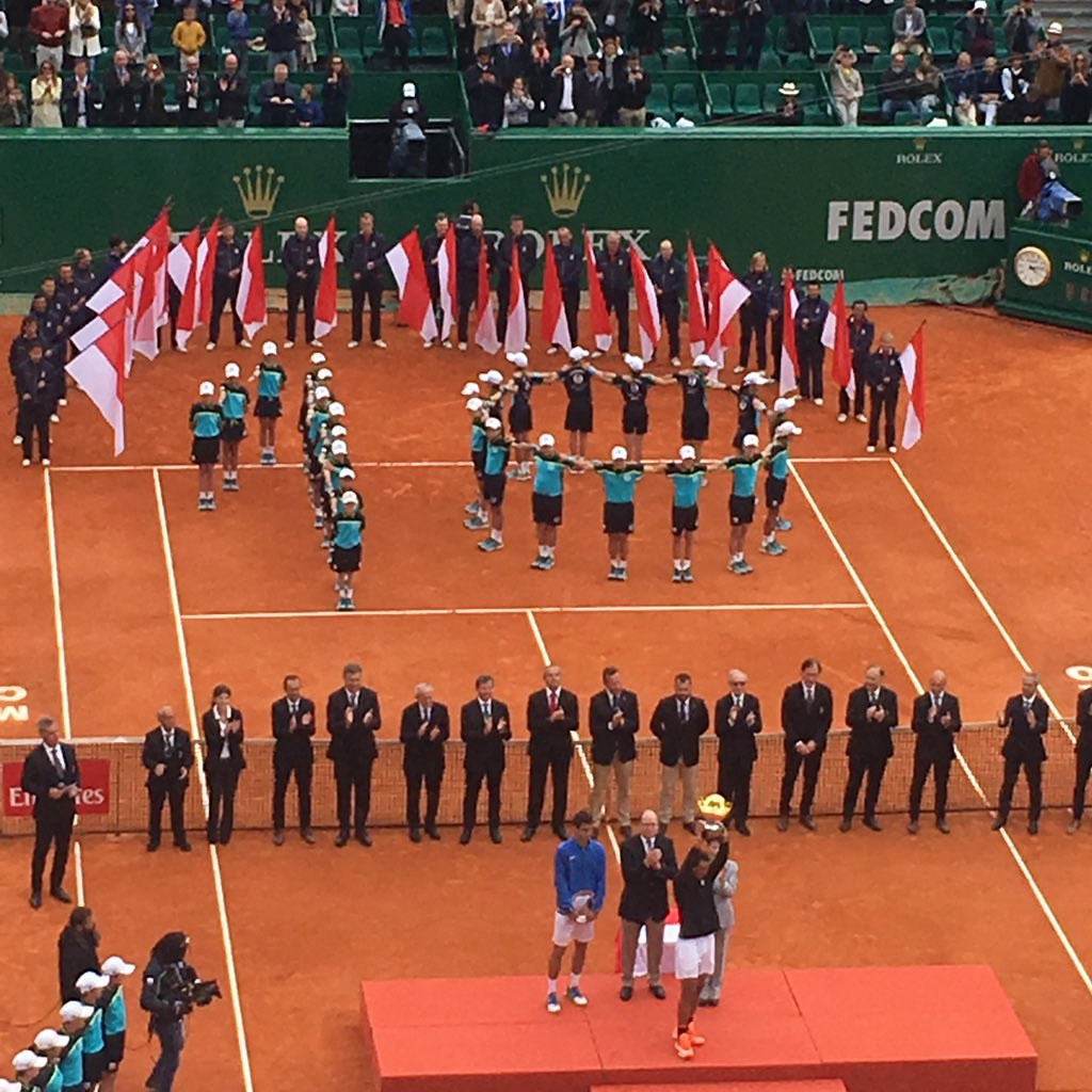 Even the ball kids organized accordingly. Nice touch #10 https://t.co/N5gb4SakIE