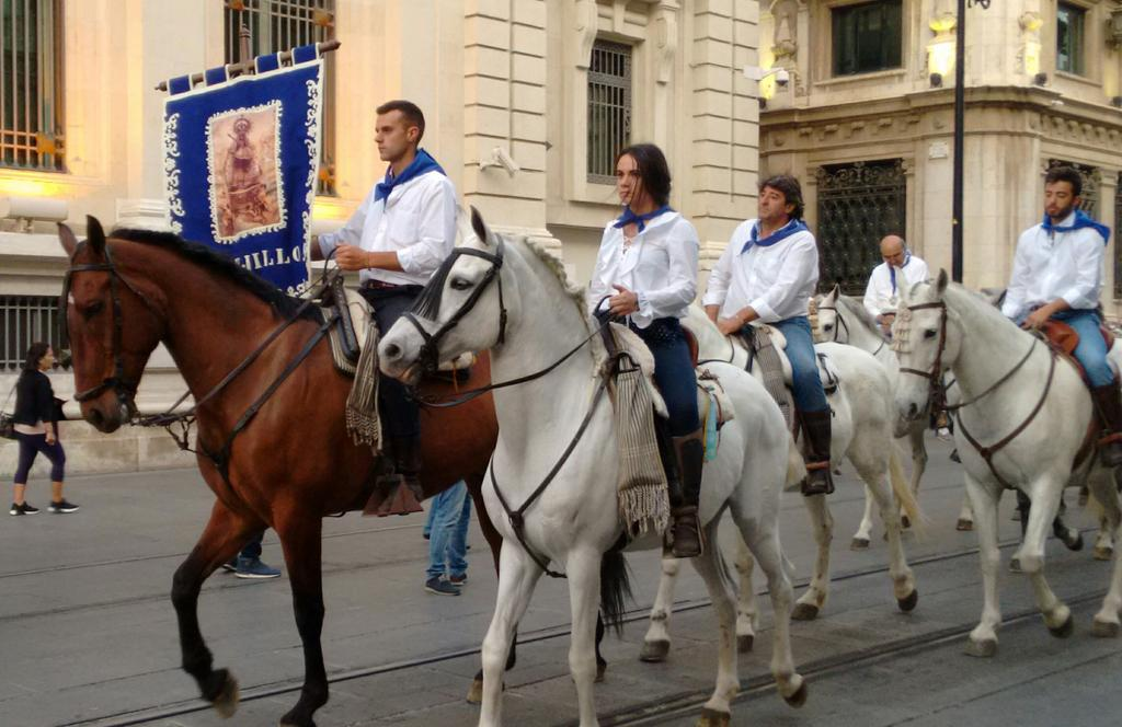 Mixing the past few weeks: a procession *with* caballos, Guadalupe #Sevilla <br>http://pic.twitter.com/UzDLRJTi3n