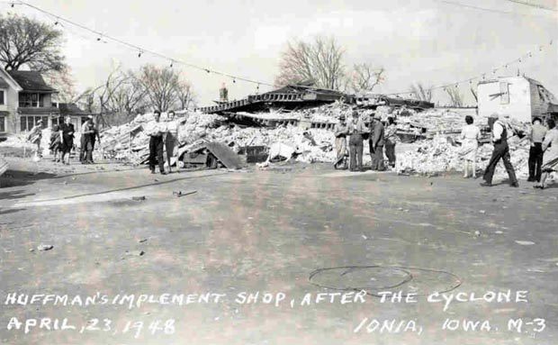#OTD, 1948, estimated F4 tornado killed 5 and injured 25 as it crossed Chickasaw County, #IA. Part of Ionia was hit.  https:// goo.gl/jG6TkG  &nbsp;  <br>http://pic.twitter.com/8EBHN9M6kf