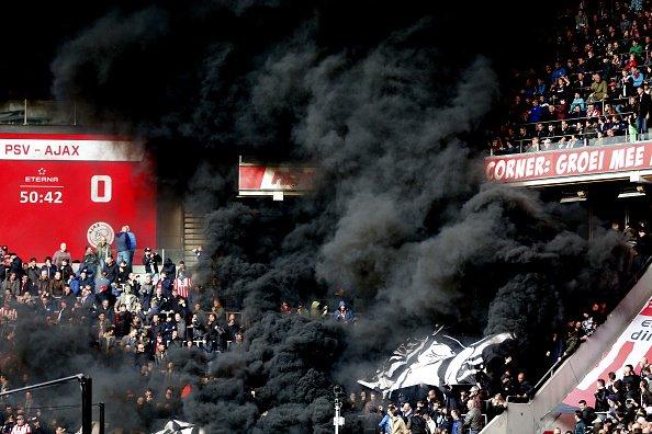 El partido entre PSV y Ajax estuvo demorado por la presencia de humo n...