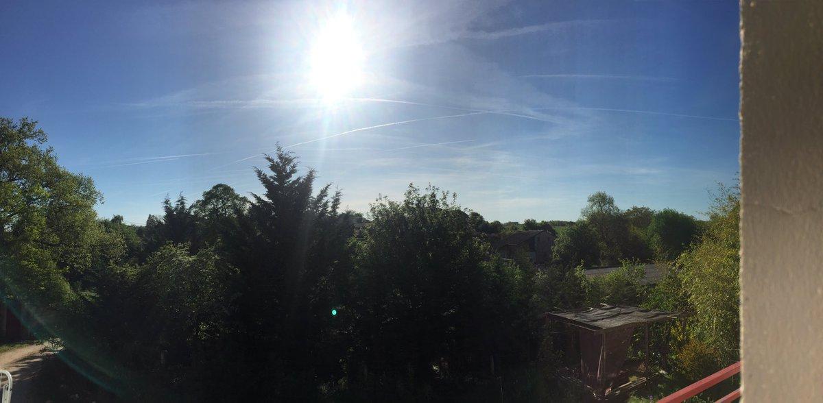 #PendantCeTempsLà ... y' en a qui s acharnent à tracer des nuages! Fini les moutons , anges, ou autres formes observées avant! #battleciel pic.twitter.com/BYy4C3P9c4