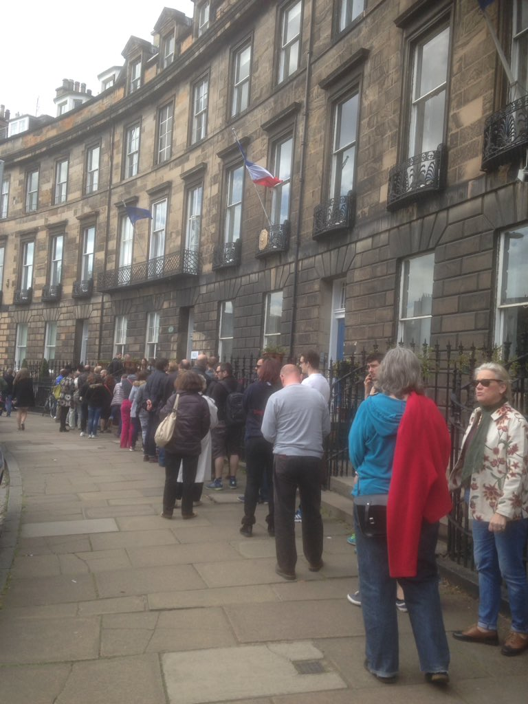 #Presidentielle in Edinburgh today more than an hour to vote <br>http://pic.twitter.com/Mov1pVlhM8