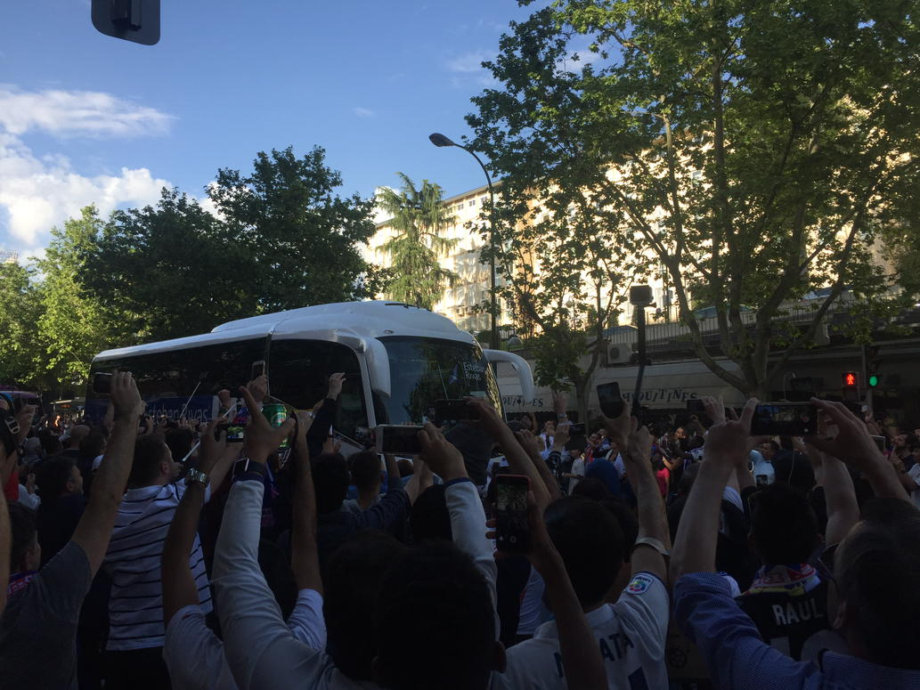 Bus goes by, people take photos and cheer. Only, it's not actually the Madrid bus. https://t.co/Se8txRKiTQ