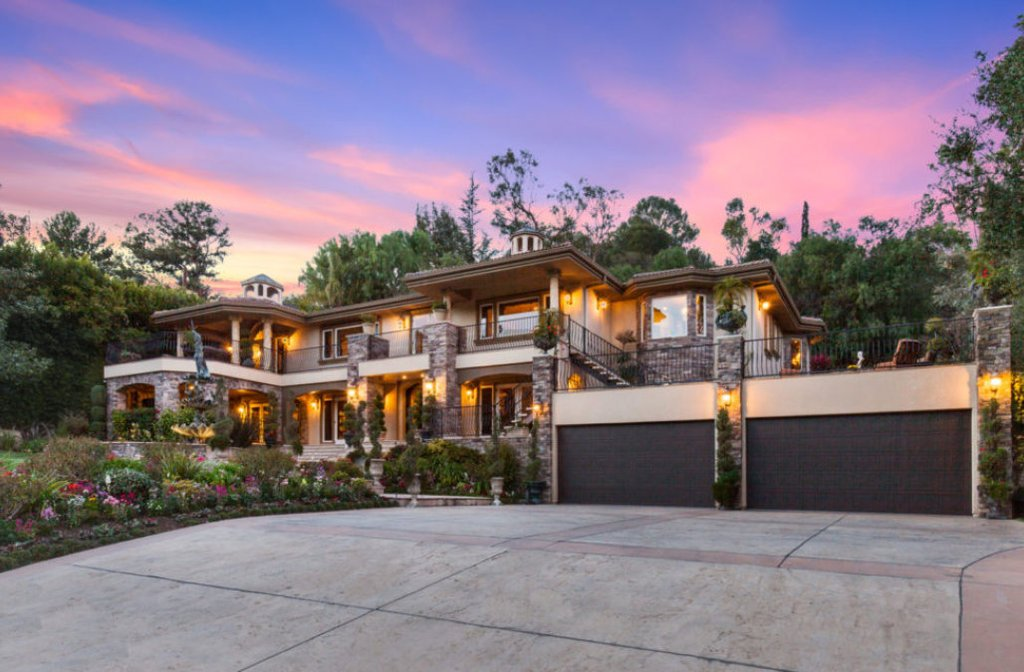 OMG! The iconic &#39;Keeping Up With the Kardashians&#39; house is on the market for $9 million #LAr  http:// s.sm.cc/M03wyg  &nbsp;   <br>http://pic.twitter.com/ANDXRMbAKN