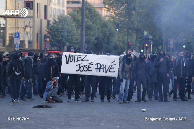 Plusieurs centaines de militants 'antifascistes' à Paris, place de la Bastille, 'contre Marine et contre Macron' #AFP #Presidentielle2017