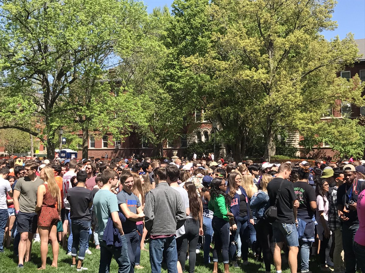 Great crowd 1 hr before show. Get hereto see @PostMalone at #Illini #springjam17 @IUB_Presents @StarCourse<br>http://pic.twitter.com/vbyrSbFV33