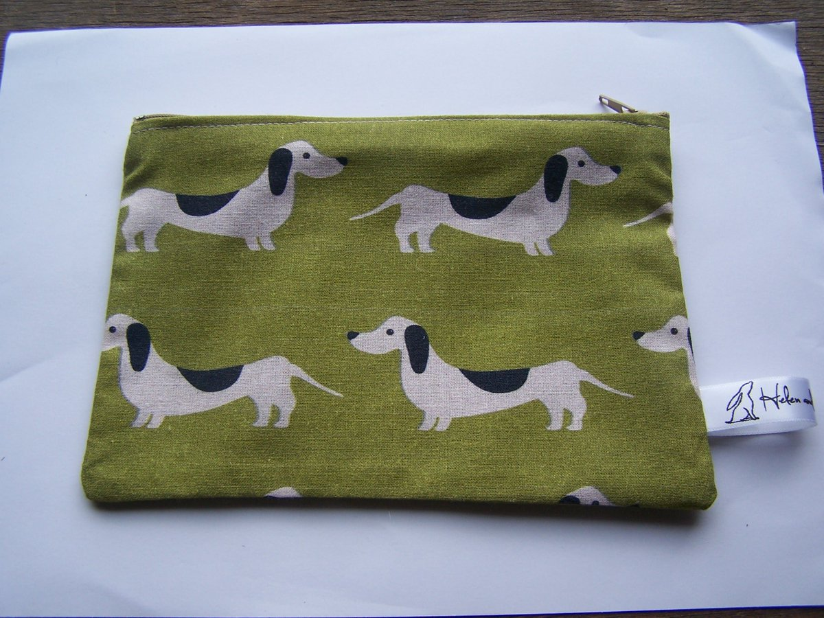 Cute sausage dog purse #crafthour #handmadehour #womaninbizhour #socialmedia #brithour #doglovers #dogs  https://www. etsy.com/uk/listing/525 016997/green-sausage-dog-print-fabric-purse &nbsp; … <br>http://pic.twitter.com/H3IwqPnRqO