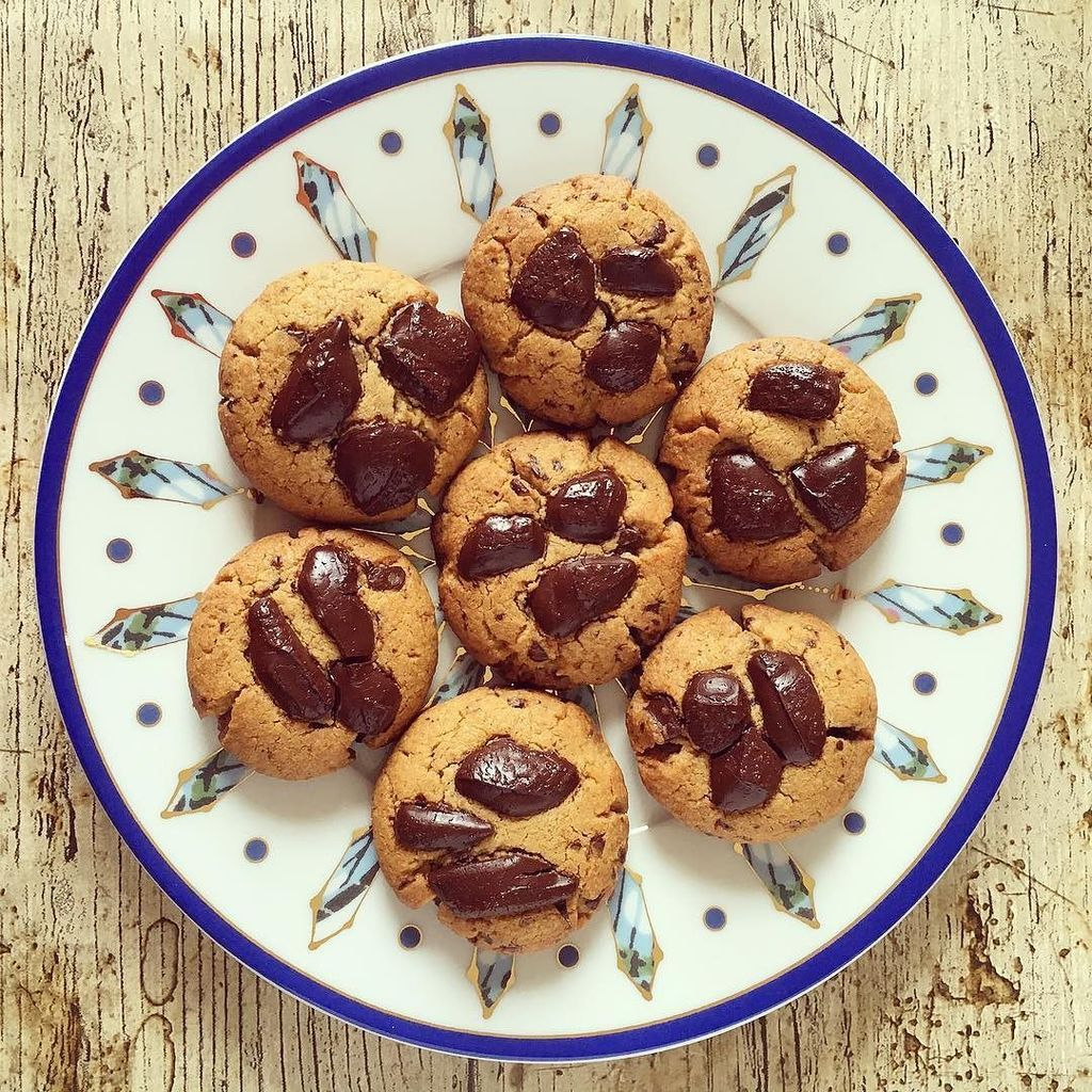 Peanut butter chilli chocolate cookies. A tribute to #corianderqueen #fb https://t.co/ZnmYOwz93Y https://t.co/JsLvqCnH6t