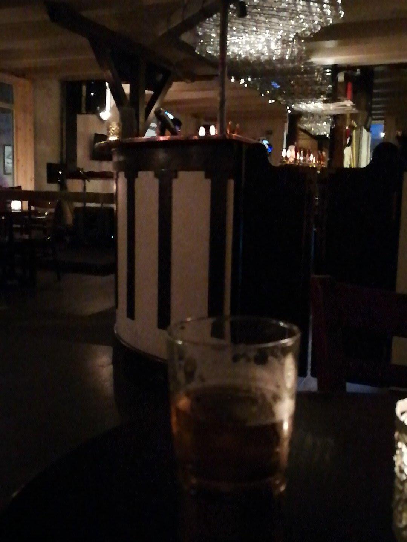 Et voilà... Dimanche à Torshavn, ça finit tôt. Je suis la dernière cliente! #MelDoesFzroes https://t.co/zqG6Z8WIWY