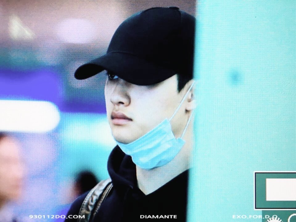 Kyungsoo is back with his all black outfit and I\'m in love again with it 🖤