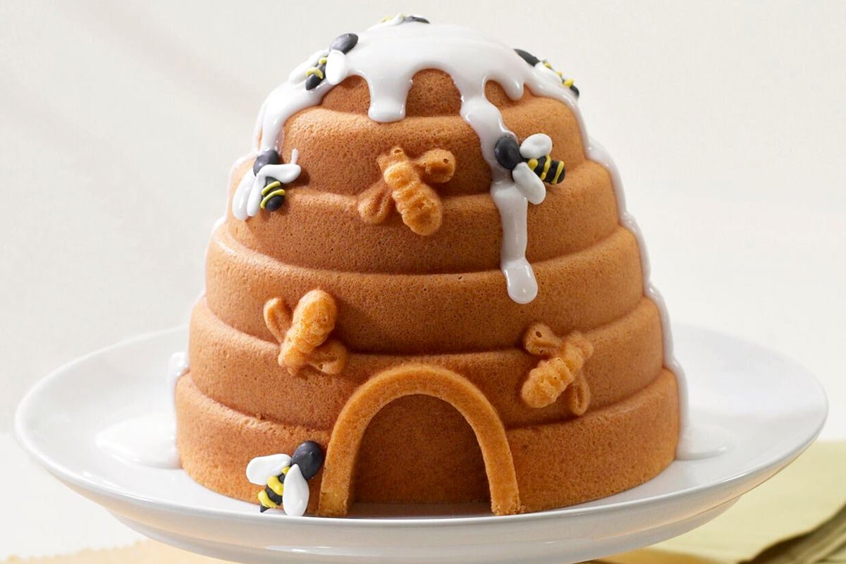 You can bake this 3D beehive cake. It is as adorable in looks as it is sweet in taste! 🐝🍯🐝 #NordicWare #Cake https://t.co/a18kJFMveJ